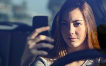 7 din 10 soferi folosesc smartphone-ul in timp ce conduc
