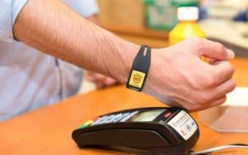 Brățară pe post de card bancar