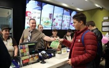 Cât câștigă un angajat McDonald's?