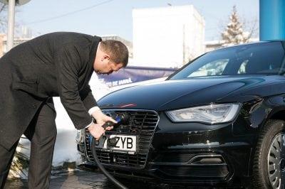 Mașinile electrice, încarcate la benzinărie